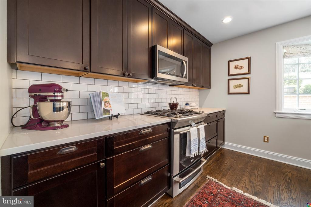 gourmet kitchen with gas cooking - 3008 RUSSELL RD, ALEXANDRIA