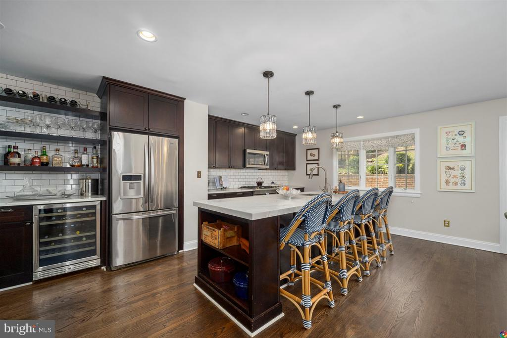 Island that accommodates 4 bar stools - 3008 RUSSELL RD, ALEXANDRIA