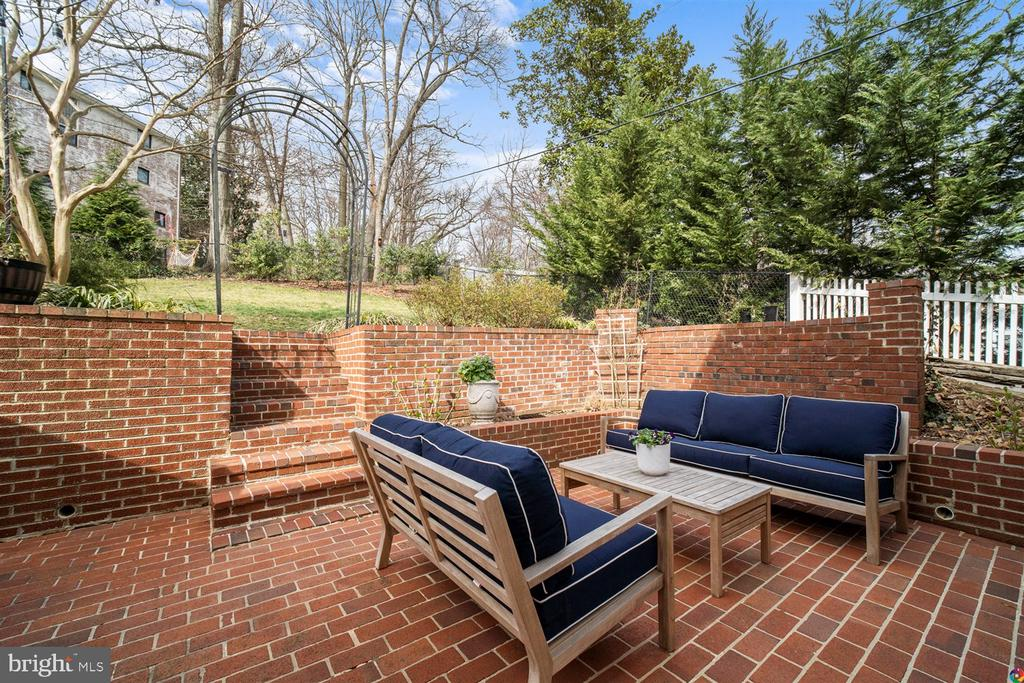 Gorgeous brick patio with multiple seating areas - 3008 RUSSELL RD, ALEXANDRIA