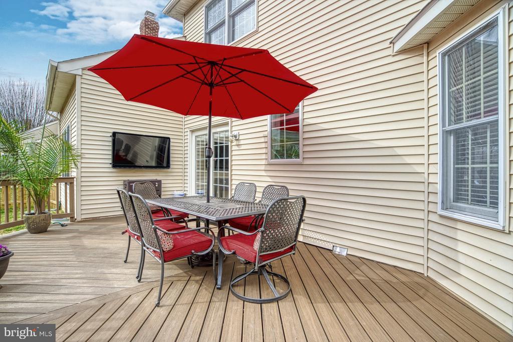 Deck with TV mount (conveys) - 10855 HUNTER GATE WAY, RESTON