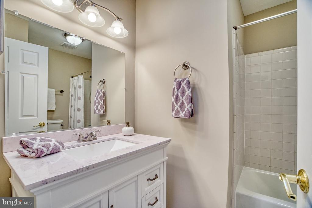 Updated hall bath - 7804 ATTLEBORO DR, SPRINGFIELD