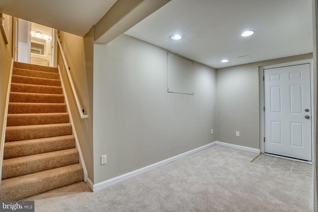 Walk-up lower level - 7804 ATTLEBORO DR, SPRINGFIELD