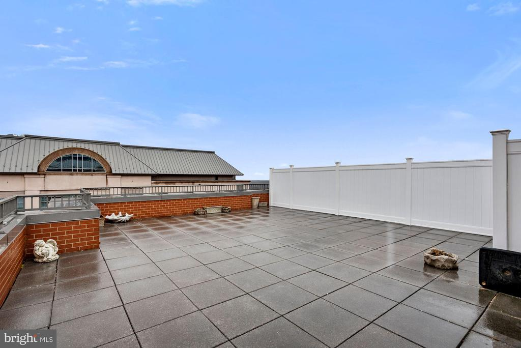 Penthouse Living with large patio/balcony - 11760 SUNRISE VALLEY DR #1004, RESTON