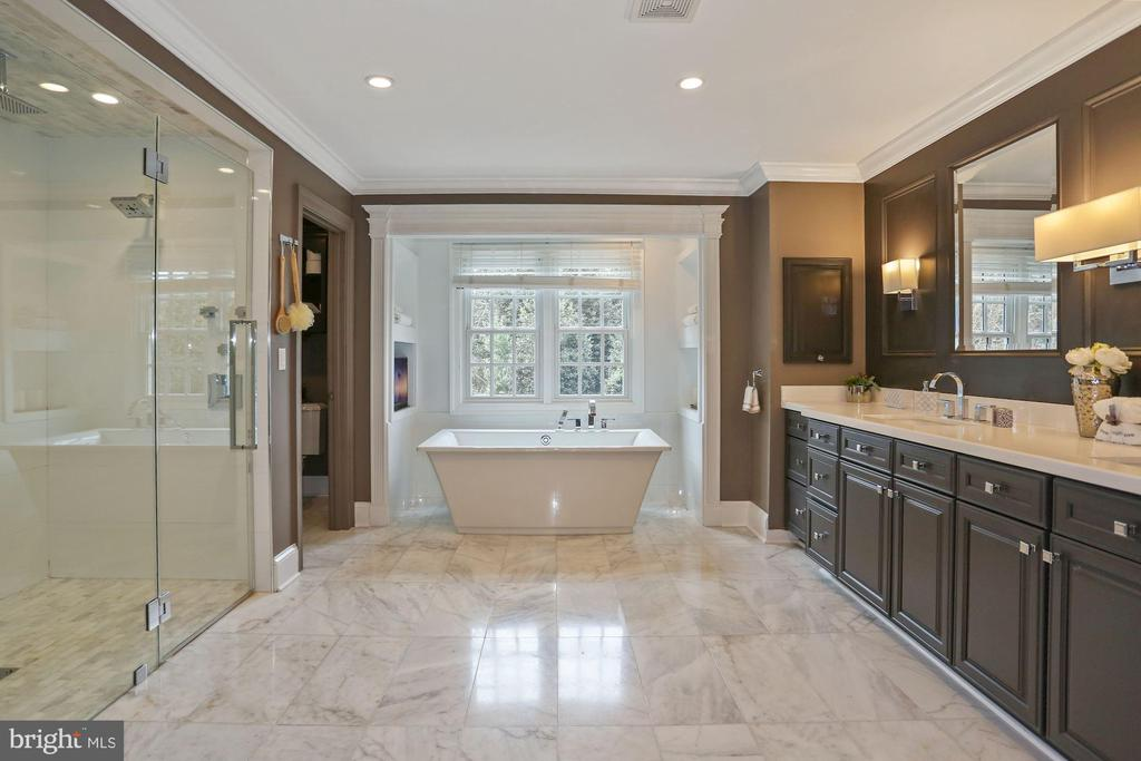 Luxurious Shower and Separate Wash Room - 2424 N EDGEWOOD ST, ARLINGTON