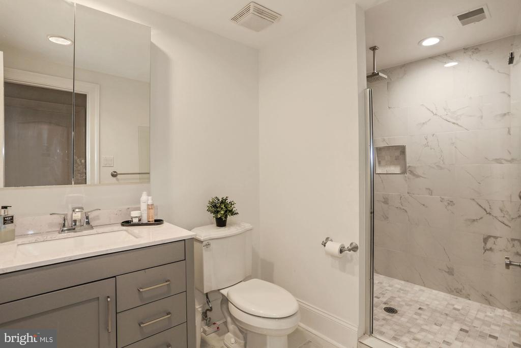 Lower Level Full Bathroom - 2424 N EDGEWOOD ST, ARLINGTON