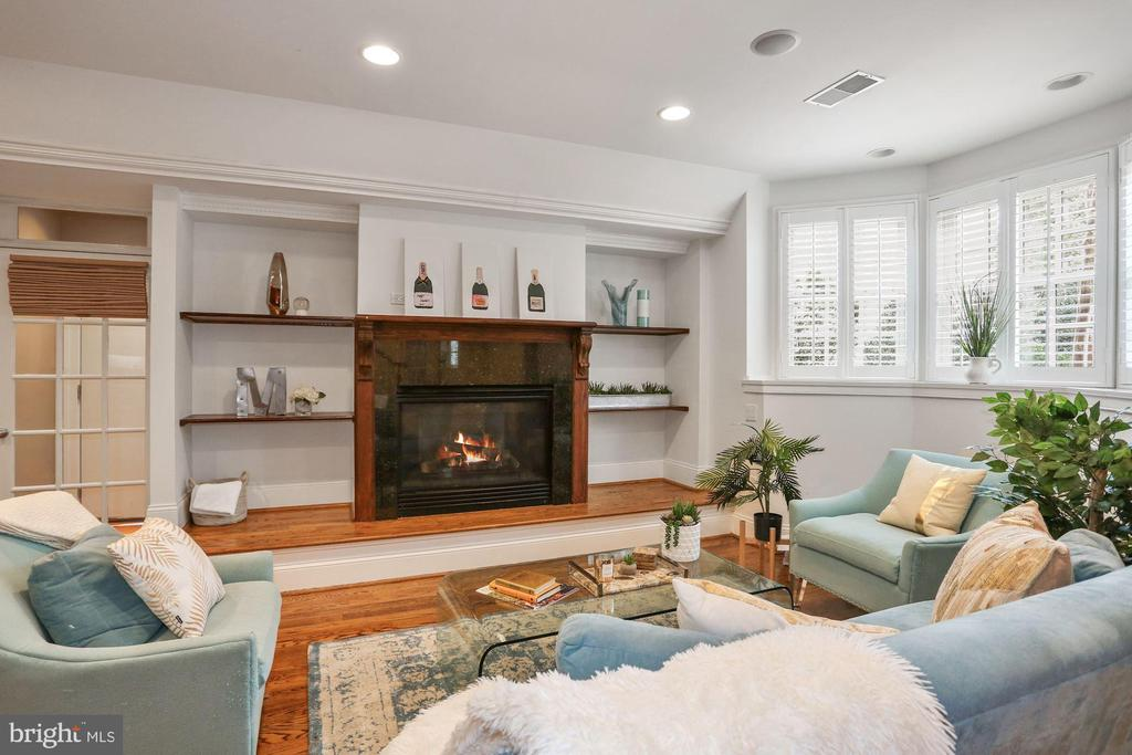 Lower Level Family Room with Gas Fireplace - 2424 N EDGEWOOD ST, ARLINGTON