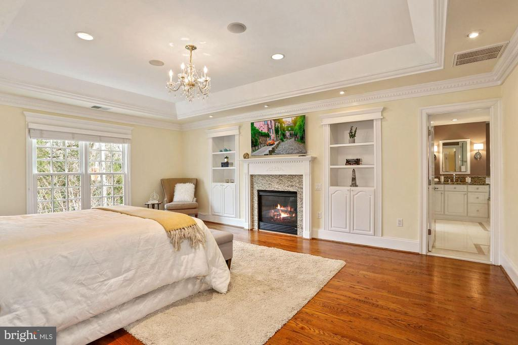 Primary Suite Two with Built-in and Gas Fireplace - 2424 N EDGEWOOD ST, ARLINGTON