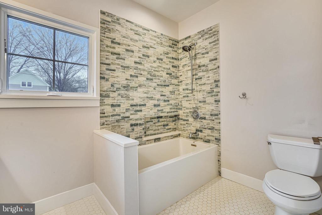 Hall bath - 1605 BALTIMORE RD, ALEXANDRIA