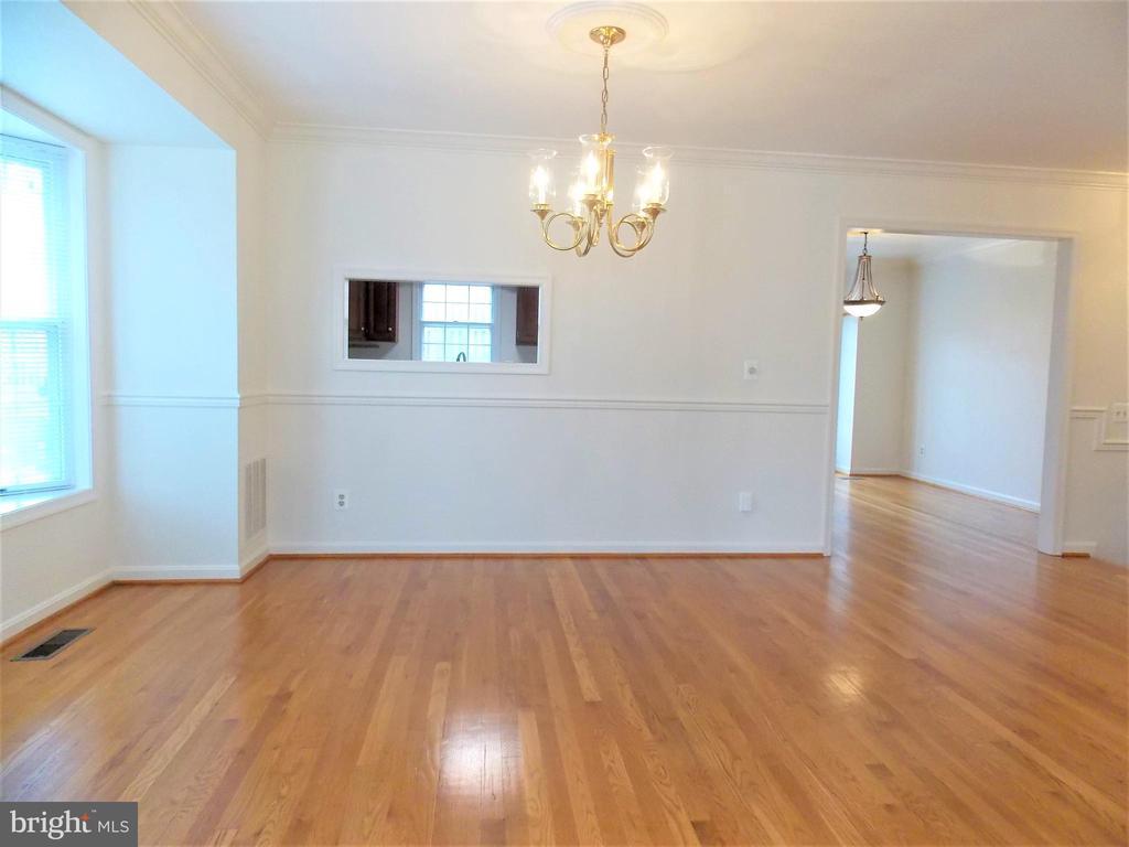 Dining Room, hardwood floors with bay bay window - 123 GRETNA GREEN CT, ALEXANDRIA