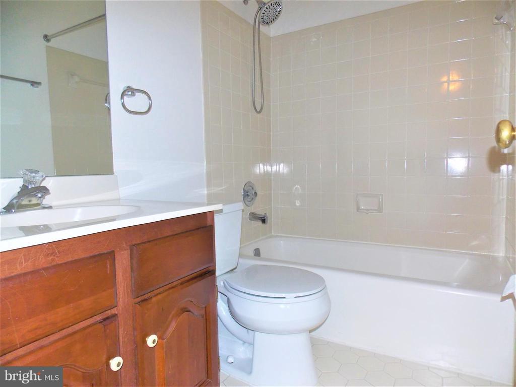Full Bathroom #2, on upper level - 123 GRETNA GREEN CT, ALEXANDRIA