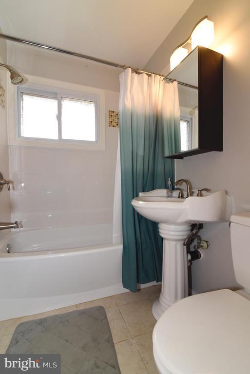 Main level full bath - 6306 GENTELE CT, ALEXANDRIA