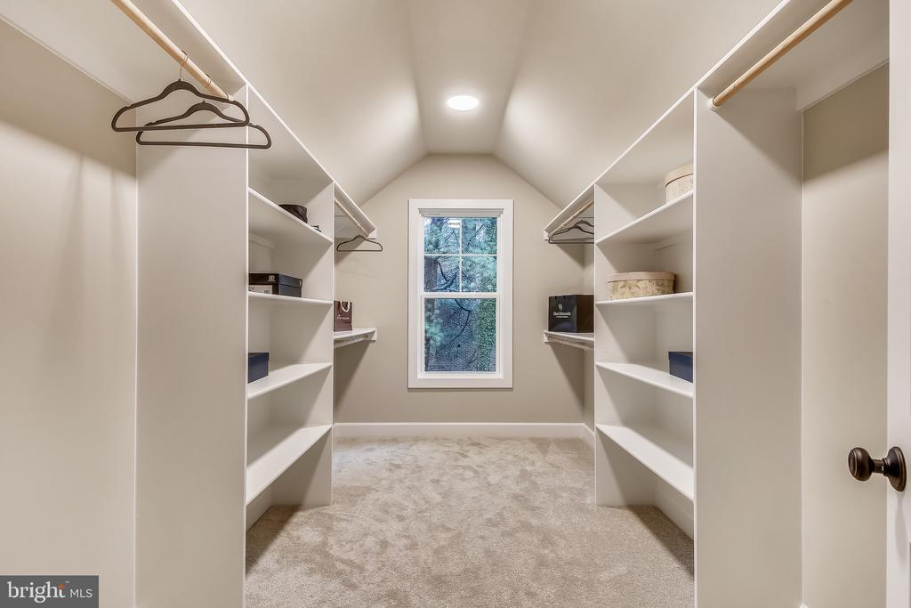 Secondary upper suite walk-in closet - 9524 LEEMAY ST, VIENNA