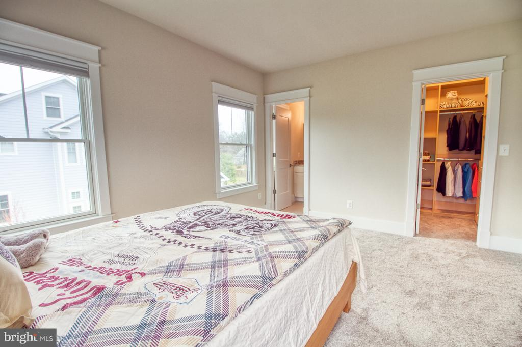 2nd floor bedroom3 with full bathroom - 405 NELSON DR NE, VIENNA