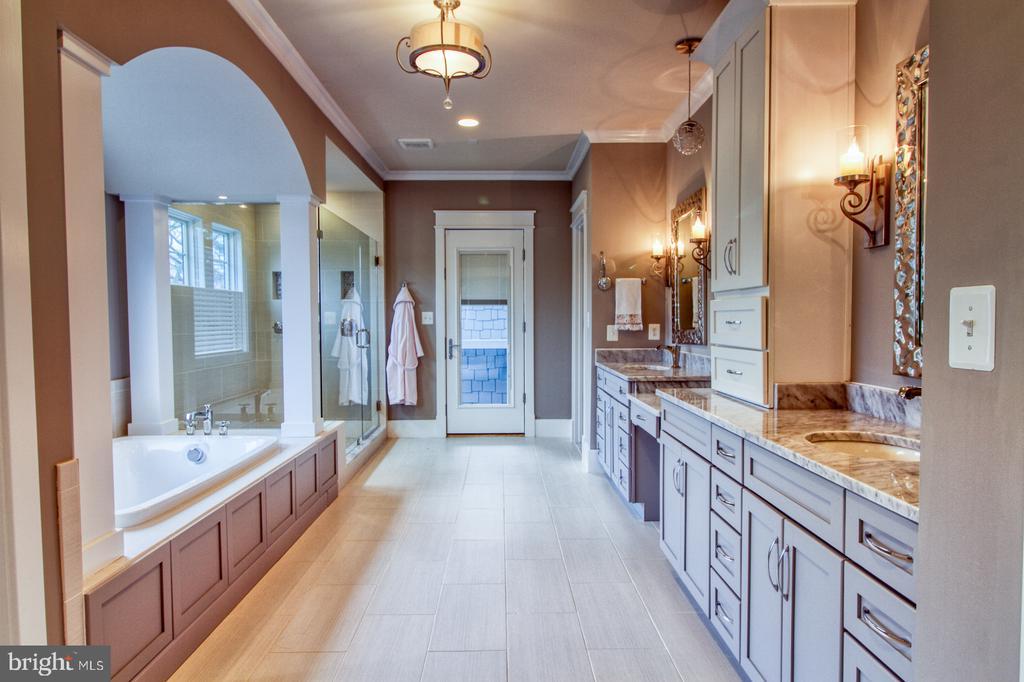 Owner's suite bathroom - 405 NELSON DR NE, VIENNA