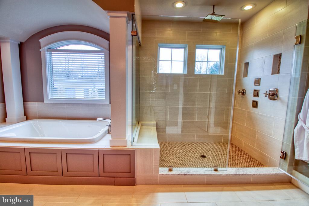 Owner's suite bathtub and shower - 405 NELSON DR NE, VIENNA