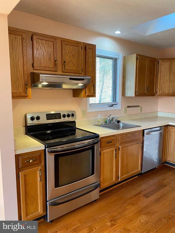 Kitchen - with Skylight - 2024 SCHOONER DR, STAFFORD