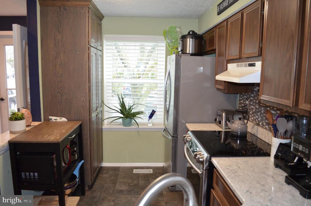 Bright kitchen with newer appliances - 212 DEERVALLEY DR, FREDERICK