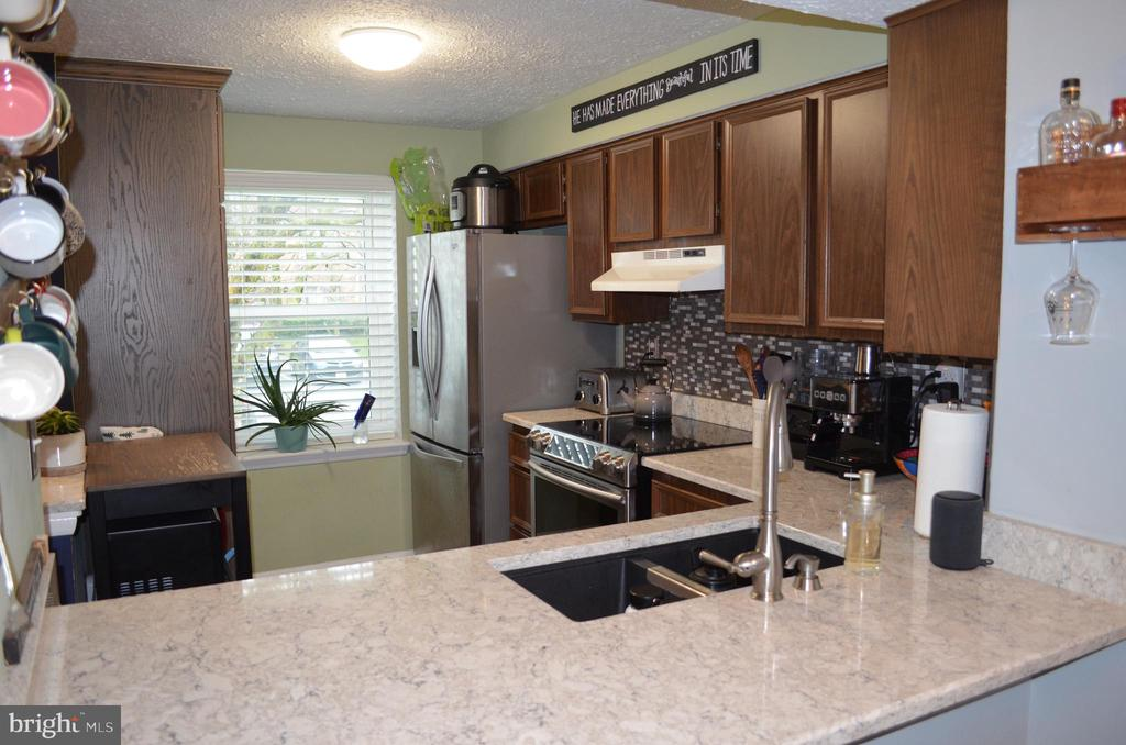 Updated Kitchen with glass backsplash - 212 DEERVALLEY DR, FREDERICK