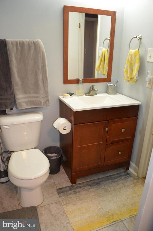 upper level full bath with entry from Mbdr and hal - 212 DEERVALLEY DR, FREDERICK