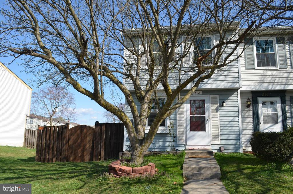 Fabulous end unit with large lot! - 212 DEERVALLEY DR, FREDERICK