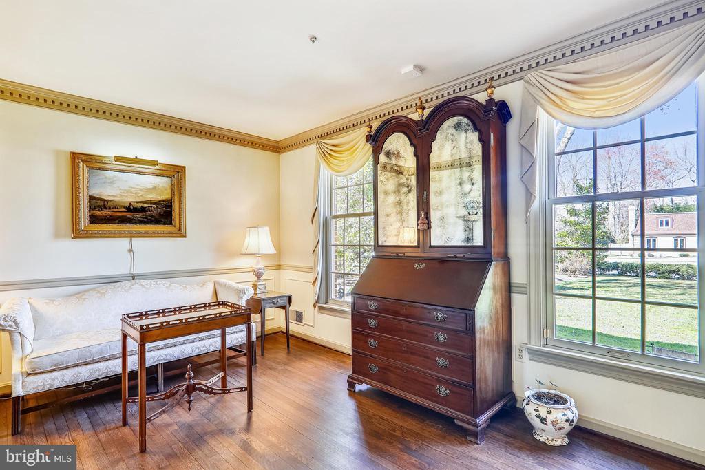 Living Rm w/ hardwood floors and crown molding - 3903 BELLE RIVE TER, ALEXANDRIA