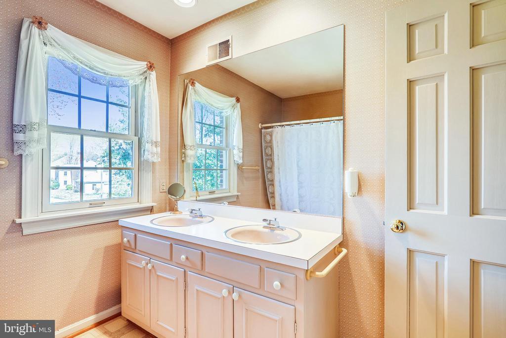 Spacious upper lvl hall full bath has double sinks - 3903 BELLE RIVE TER, ALEXANDRIA