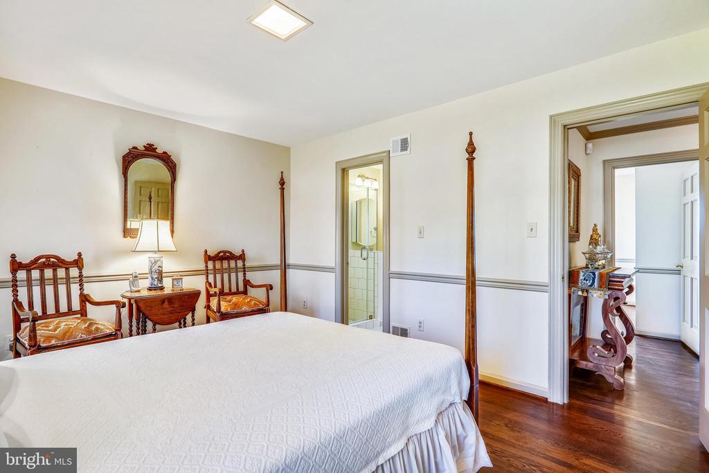 Bedroom 2 with full bath - 3903 BELLE RIVE TER, ALEXANDRIA