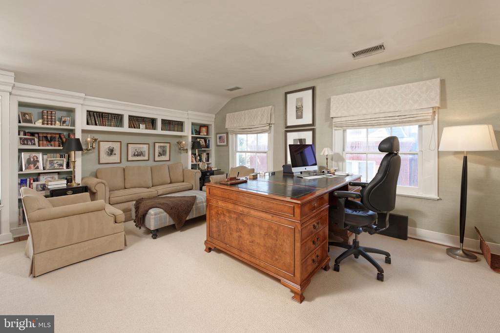 Study/bedroom # 4 with custom built-in bookshelves - 711 PRINCE ST, ALEXANDRIA