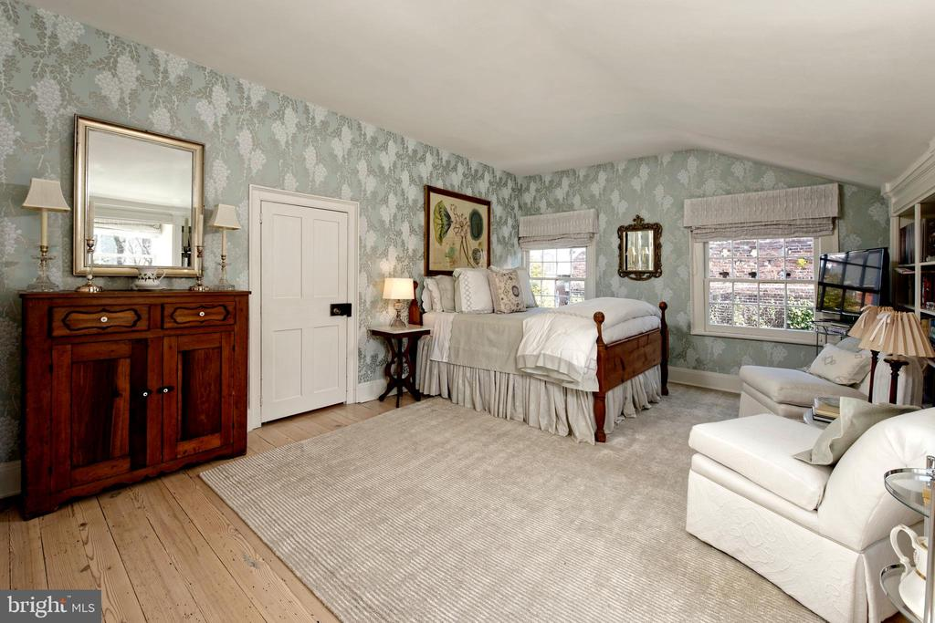Spacious bedroom #5 with original hardwood floors - 711 PRINCE ST, ALEXANDRIA