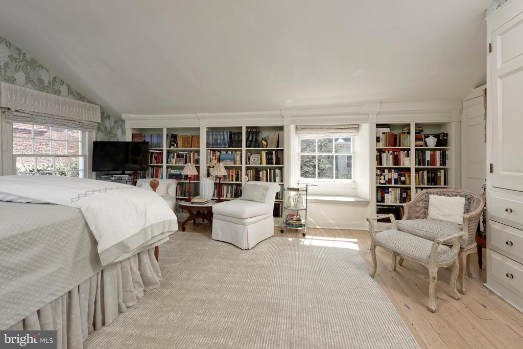 Original built-ins and a charming window seat - 711 PRINCE ST, ALEXANDRIA