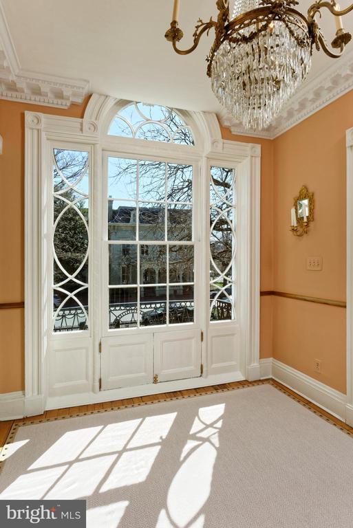 Breathtaking Jeffersonian window on2nd lvl landing - 711 PRINCE ST, ALEXANDRIA