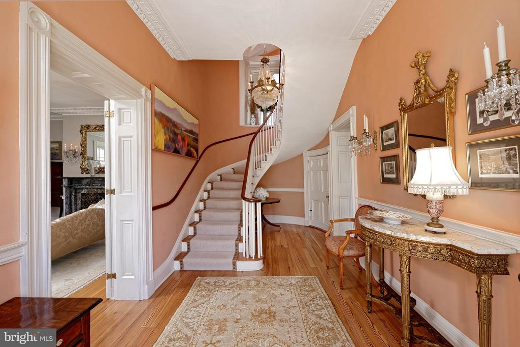 The entrance hall showcases the curved staircase - 711 PRINCE ST, ALEXANDRIA