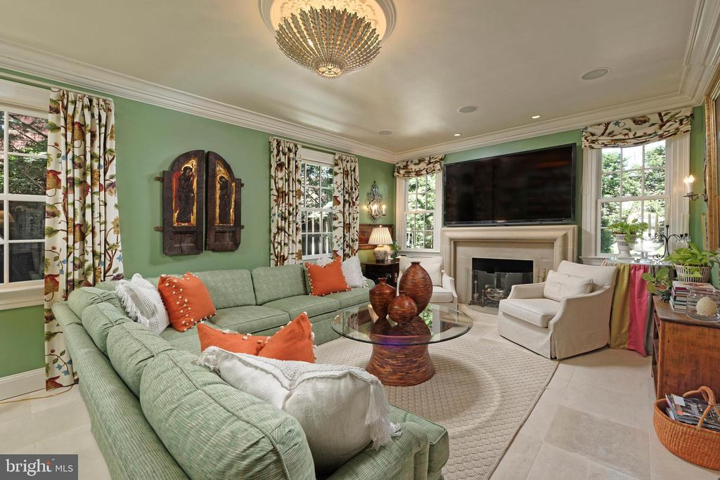 Expansive family room with in-floor heating & FP - 711 PRINCE ST, ALEXANDRIA