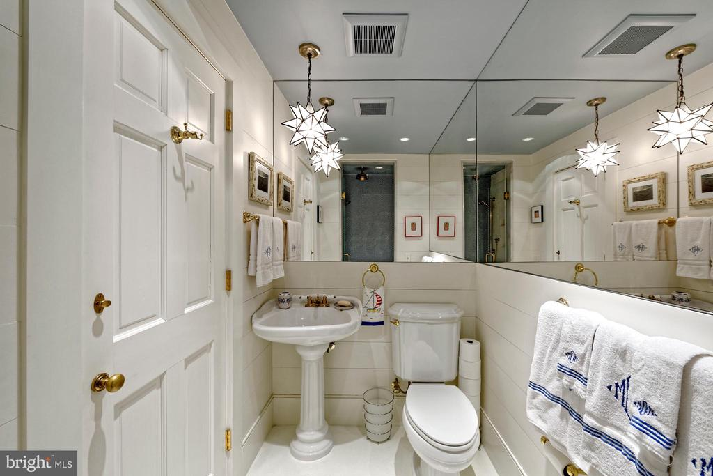 Full bathroom steps from the home gym - 711 PRINCE ST, ALEXANDRIA