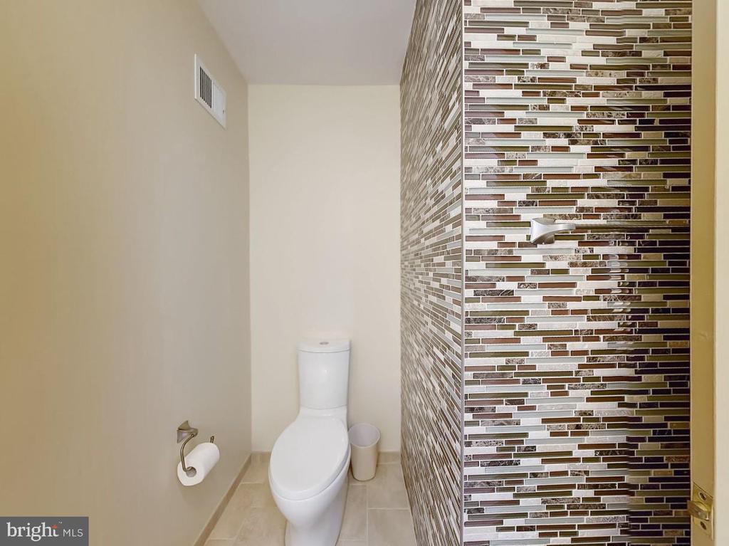 Lovely tile in renovated upper level full bath - 3903 BELLE RIVE TER, ALEXANDRIA