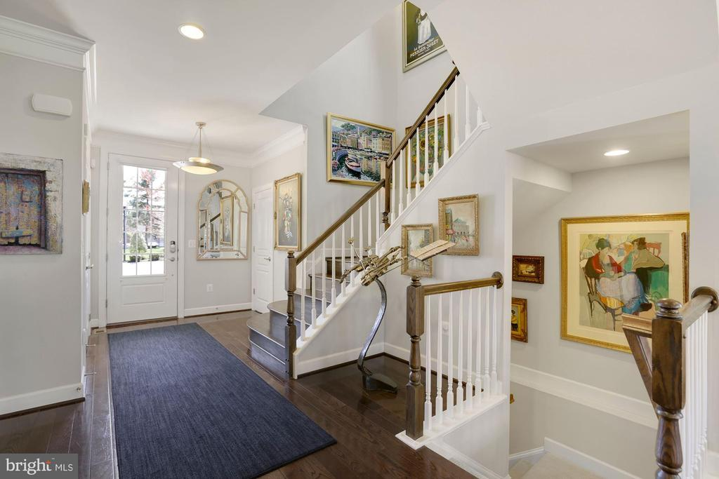 Large and bright foyer - 10286 GREENSPIRE DR, OAKTON
