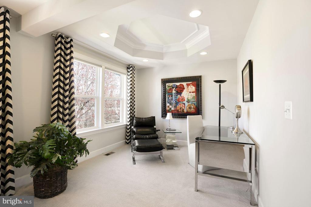 Sitting room in primary bedroom - 10286 GREENSPIRE DR, OAKTON