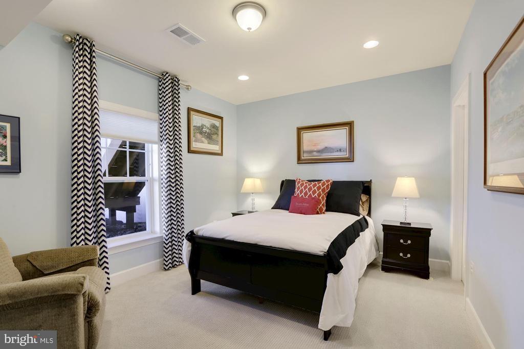 Lower level bedroom - 10286 GREENSPIRE DR, OAKTON