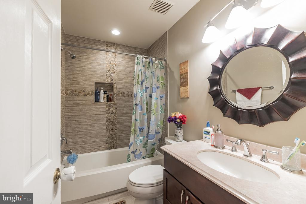 Full Bath Upstairs - 20757 BREEZY POINT TER, STERLING