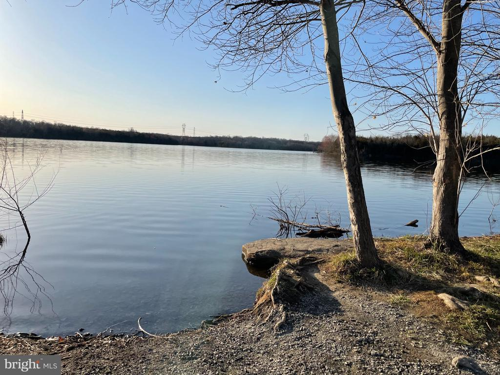 The park where you go fishing - 21382 FAIRHUNT DR, ASHBURN