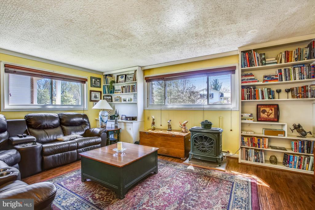 Family Room with built in Bookshelves - 3606 COLONY RD, FAIRFAX