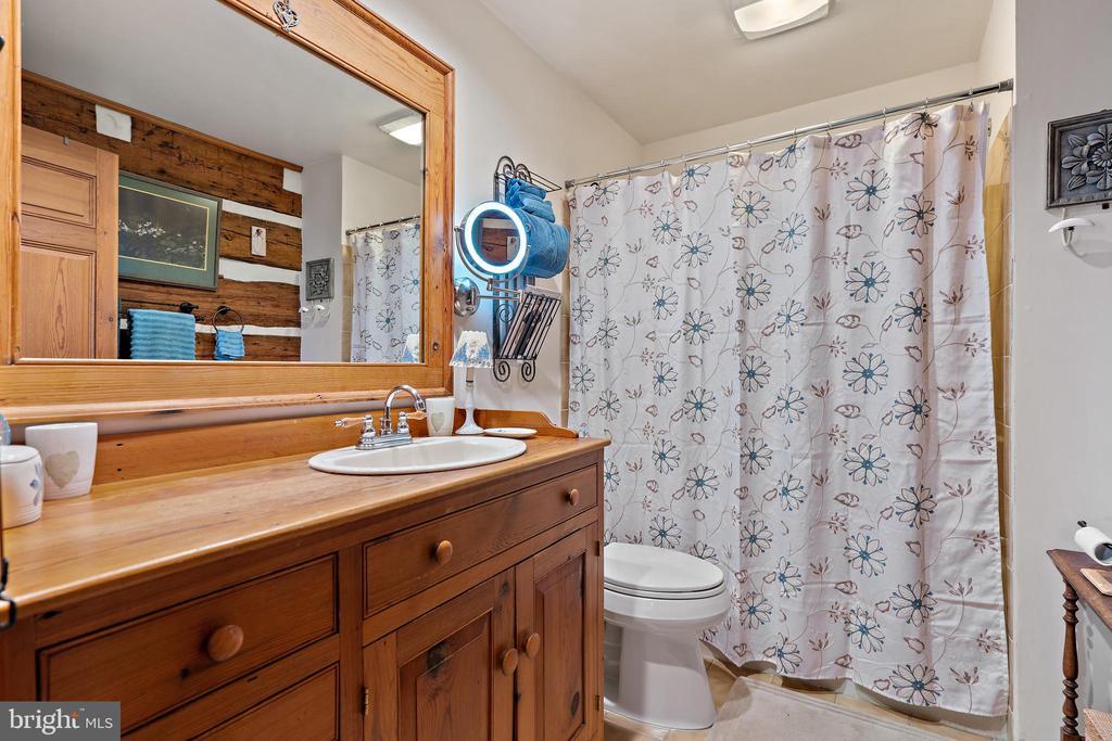 Upper hallway bath - 37670 CHAPPELLE HILL RD, PURCELLVILLE