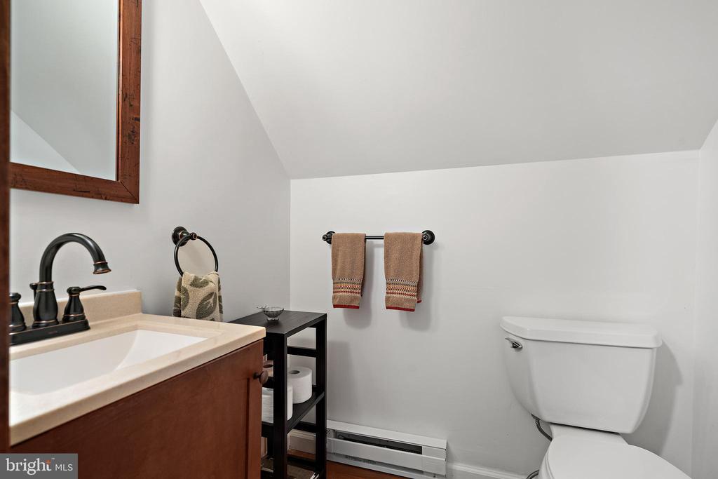 Garage studio powder room - 37670 CHAPPELLE HILL RD, PURCELLVILLE