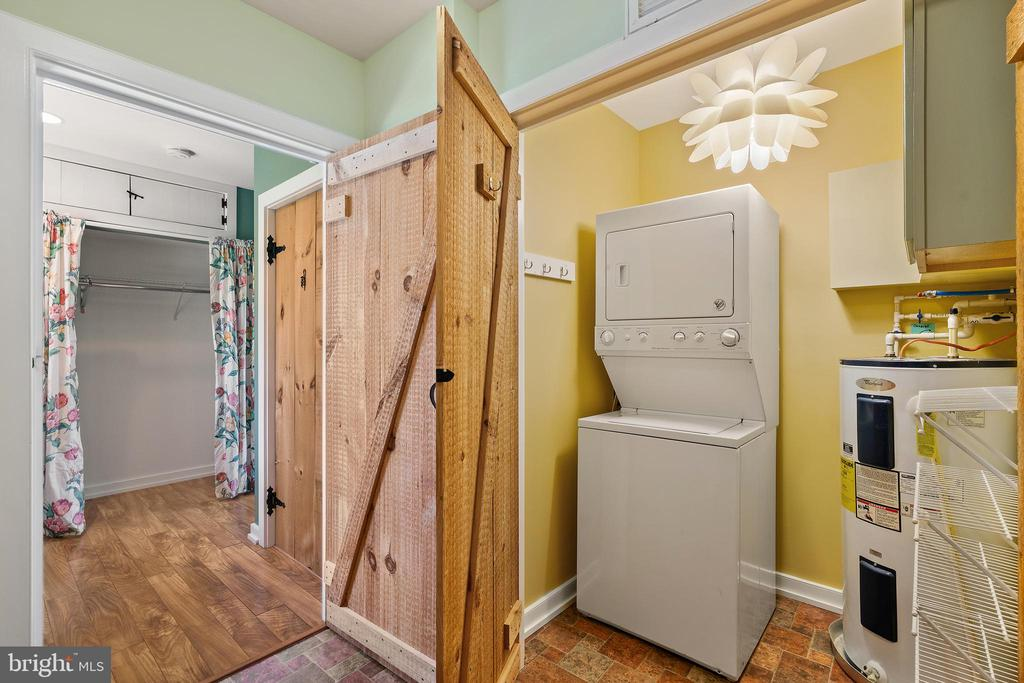 Guest house laundry room - 37670 CHAPPELLE HILL RD, PURCELLVILLE
