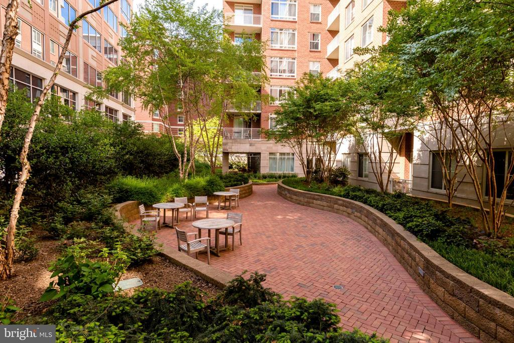 Common Courtyard w/Superb Land and Hardscaping - 820 N POLLARD ST #208, ARLINGTON