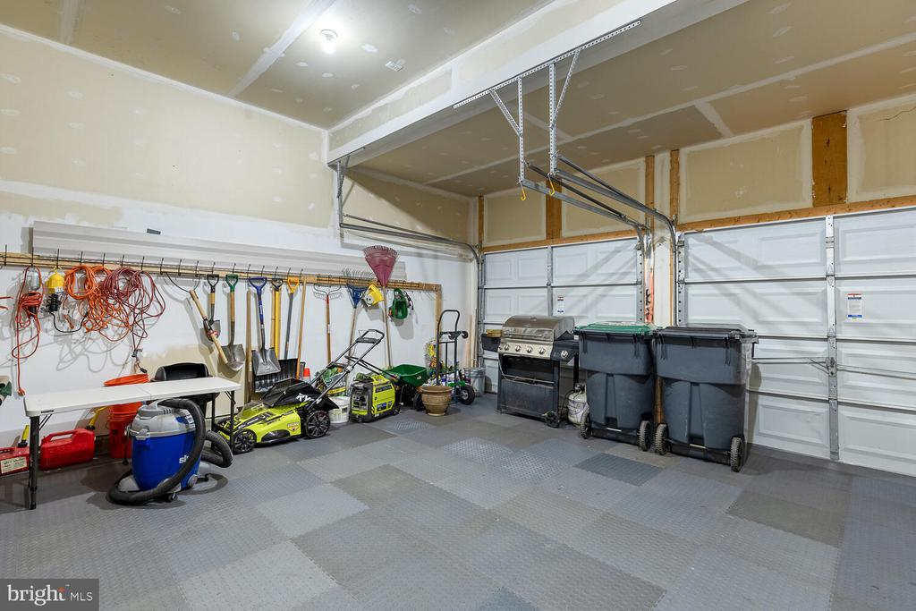 Garage with interlocking tile floor - 33 BISMARK DR, STAFFORD