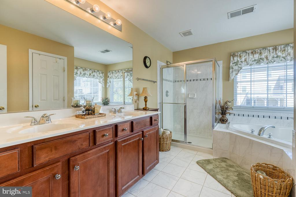 Master bathroom with soaking tub and water closet - 33 BISMARK DR, STAFFORD