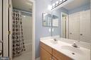 Full hall bath w/separate tub and toilet - 1306 MONROE ST, HERNDON