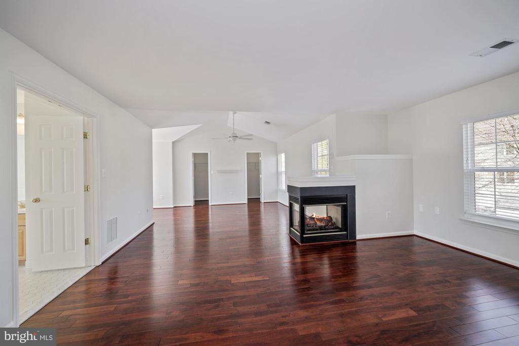 Luxurious primary bedroom w/ sitting room - 1306 MONROE ST, HERNDON