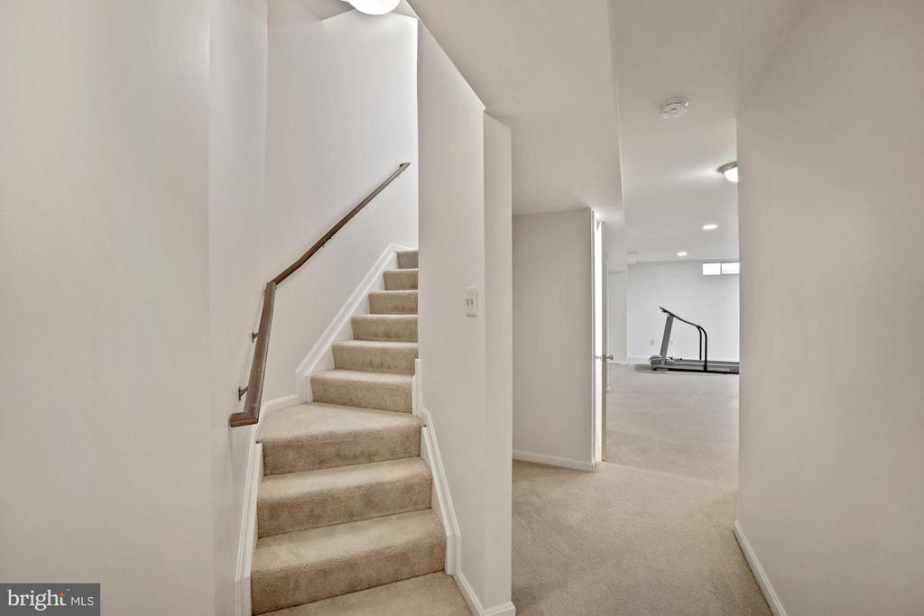 Steps leading from main level to finished basement - 1306 MONROE ST, HERNDON